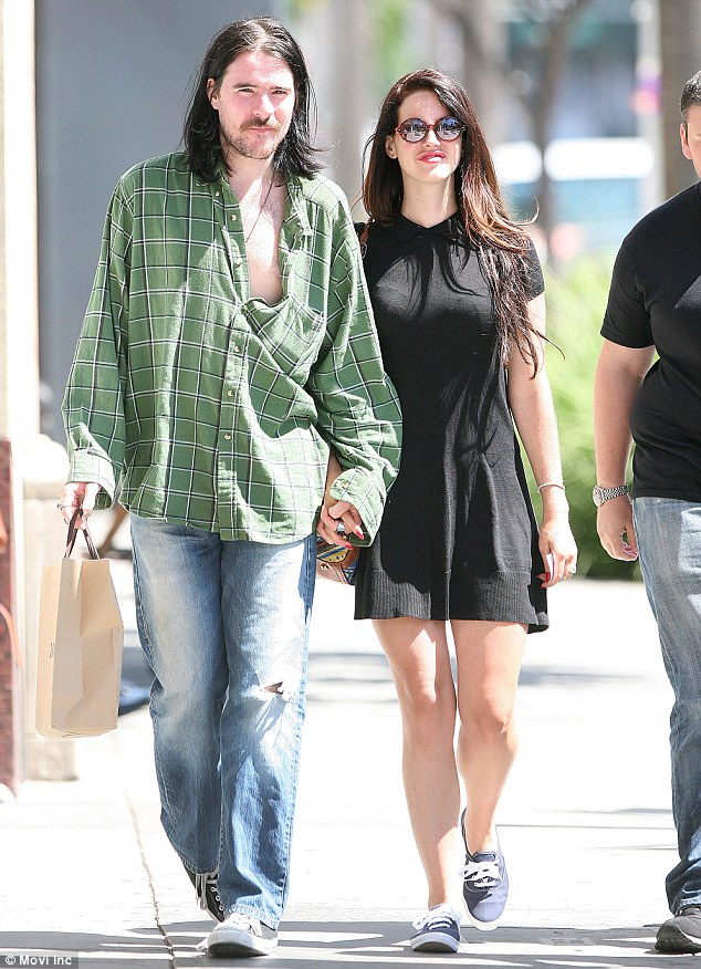 candids aug 20 lana barrie lunch date beverly hills3