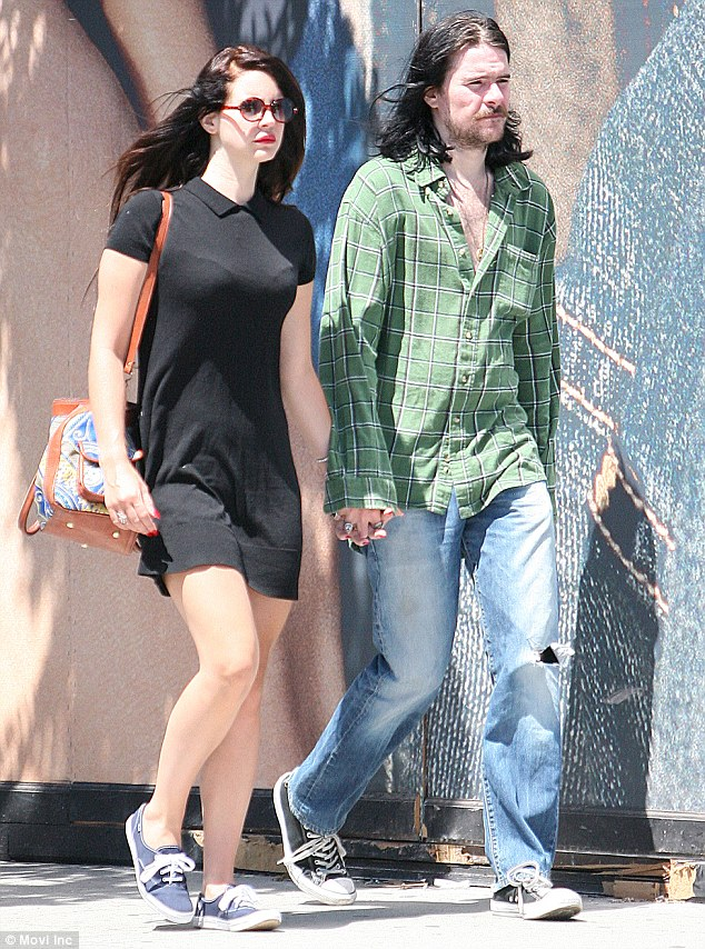 candids aug 20 lana barrie lunch date beverly hills4