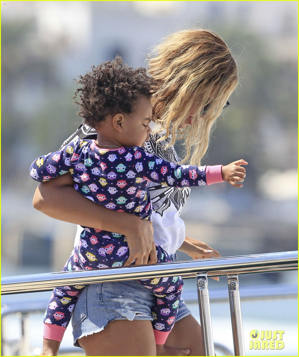 sep 2 beyonce-blue-ivy-arrive-in-ibiza-after-made-in-america-fest 03