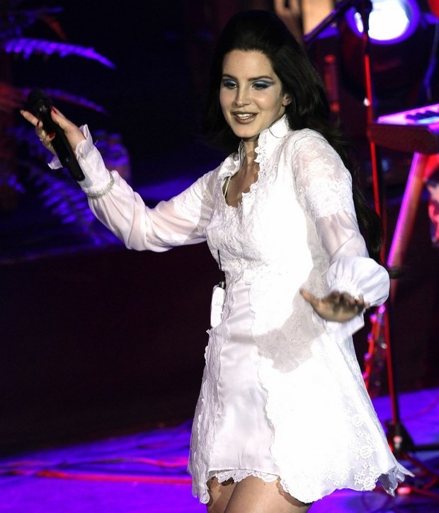lana-del-rey-performs-young-and-beautiful-in-luxembourg