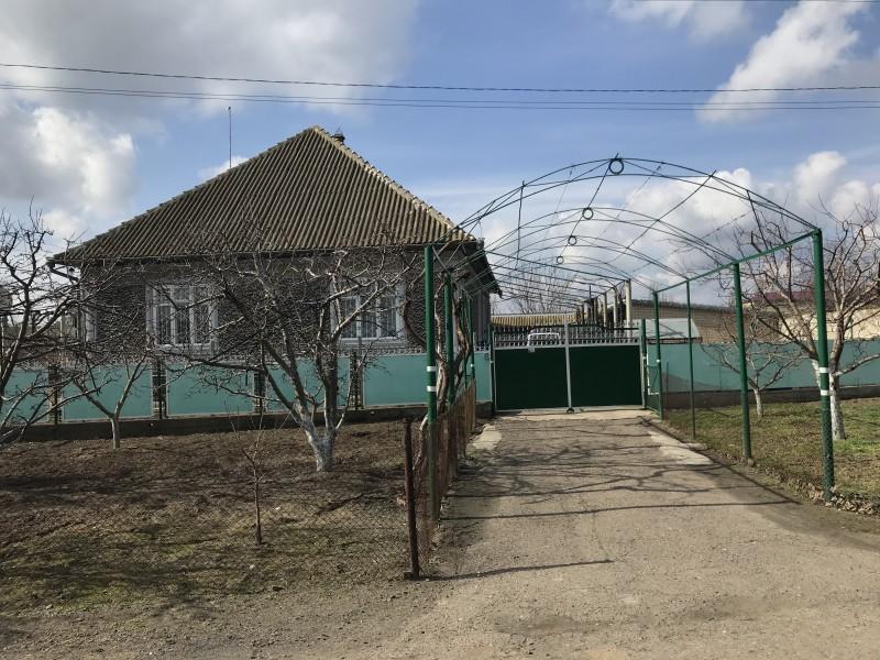 Как говорят местные,предпочтения в архитектуре построения домов нет ни у русских,ни украинцев.Поэтому ,где кто живет отличить нельзя.