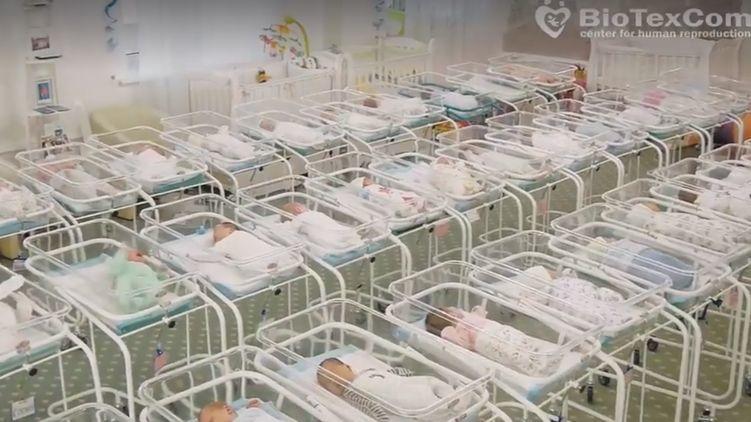 """Окутанный колючей проволокой киевский отель """"Венеция"""" стал временным домом для малышей, рожденных суррогатными матерями для иностранцев. Кадр из видео"""