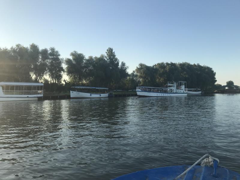 """На этих суденышках возят туристов на """"Нулевой км"""".к пеликанам или просто по Дунаю."""