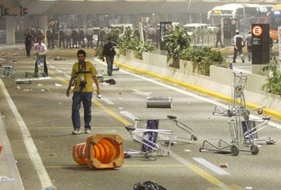 NOT-torcedores-depredam-aeroporto-de-cumbica-em-despedida-do-corinthians-veja-fotos1354638501