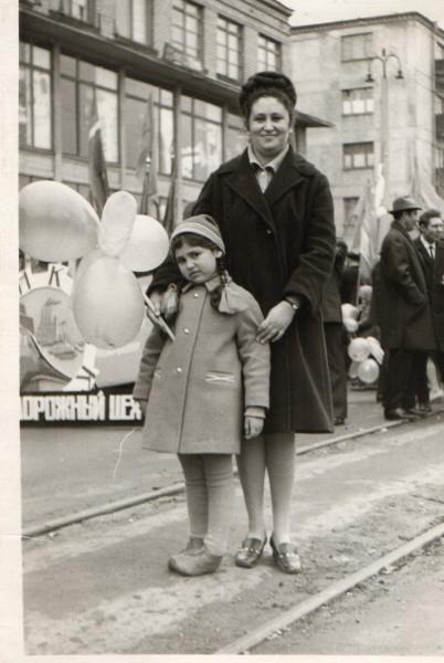 Демонстрация 1-го мая, Рита с мамой