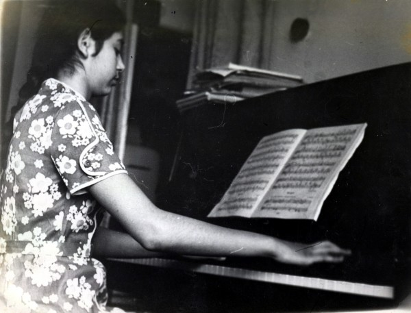 Рита играет на пианино, 1975 год