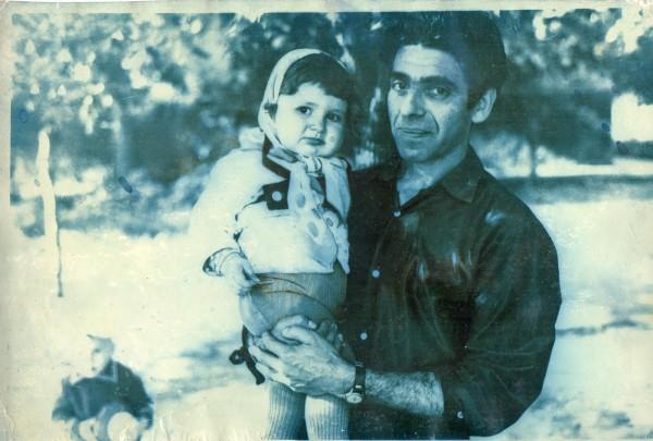 Лара в косынке у папы на руках