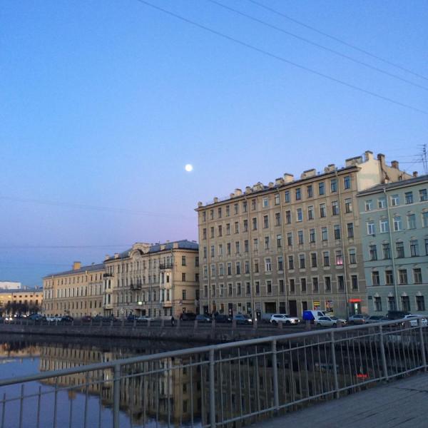 справа луна