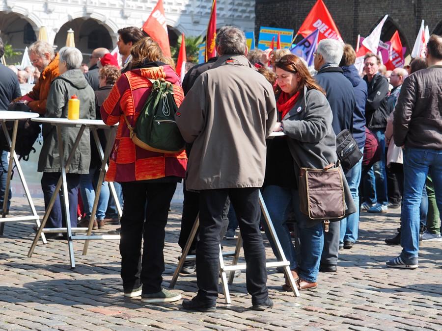 Как митингуют немцы. Неожиданные фото