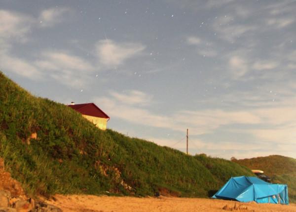 Пролетающий в 03-28 метеор(15.08.2019)над побережьем п.Южно-Морской Прим.края(фото выполнил Филипп Романов).