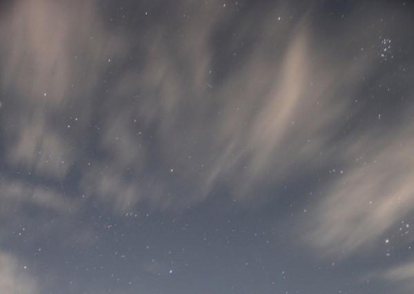 Пролетающий в 03-42 метеор(15.08.2019)в небе над побережьем п.Южно-Морской Прим.края (фото выполнил Филипп Романов).