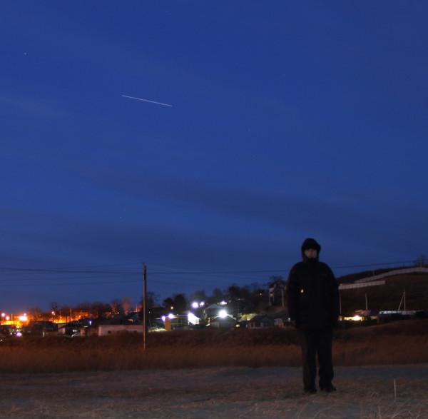 Вечером 02.02.2020-Филипп Романов-на фоне пролетающей МКС-во время пешей прогулки на побережье п.Южно-Морской(Прим.края)-на своей малой Родине