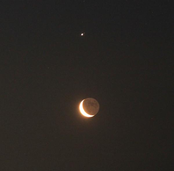 Соединение убывающей Луны и Юпитера утром 20.02.2020, над сопками и Японским морем