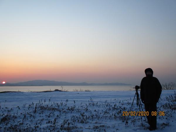20.02.2020 - Филипп Романов на фоне восхода Солнца (в одном фотокадре с Луной) над сопками и Японским морем