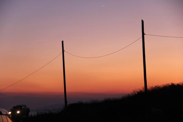 25.02.2020 (в вечерних сумерках, над Японским морем) - тонкий серп растущей Луны (фото выполнено на побережье пос. Южно-Морской Приморского края).