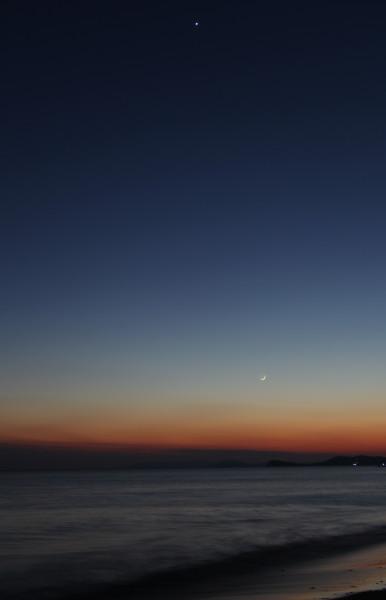 Вечером 25.02.2020 - растущая Луна и планета Венера — на фоне Японского моря (фото выполнено на побережье пос. Южно-Морской Приморского края).