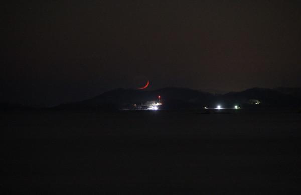 25.02.2020 - заход растущей Луны над сопками и Японским морем (фото выполнено вечером, на побережье пос. Южно-Морской Приморского края).