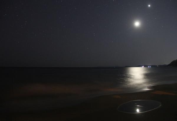 27.02.2020 - соединение растущей Луны и планеты Венеры в небе над Японским морем.