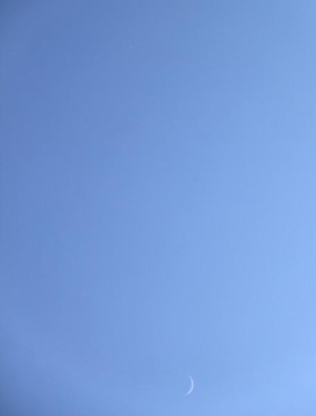 Соединение Луны и Венеры на дневном небе, 28 марта 2020 года. Фото выполнено в п. Южно-Морской Приморского края, камерой Canon EOS 60D