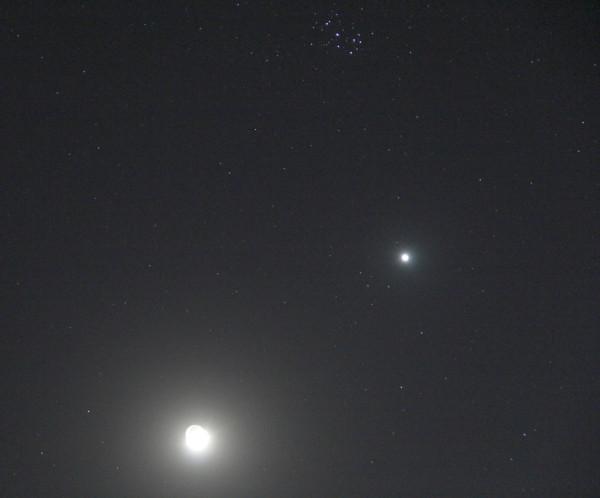 """Луна, Венера и звёздное скопление Плеяды - вечером 28.03.2020 (после окончания """"Часа Земли"""")."""