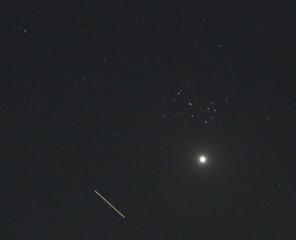 Планета Венера, звёздное скопление Плеяды и трек пролёта МКС - 02.04.2020, в небе над пос. Южно-Морской Приморского края.
