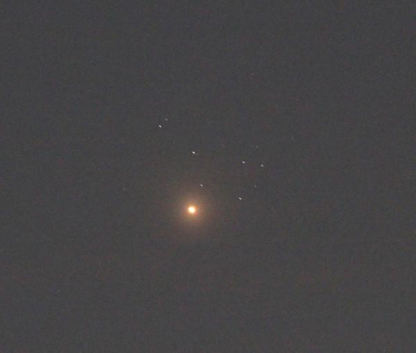 Планета Венера на фоне звёздного скопления Плеяды - 03.04.2020.