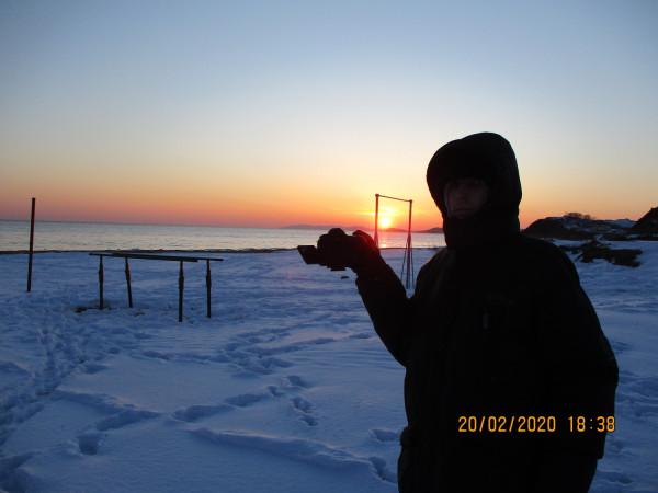 20.02.2020(на побережье п.Южно-Морской Прим.края) фотографировал-на своей малой Родине-заход Солнца над сопками и Японским морем(на фоне снега).
