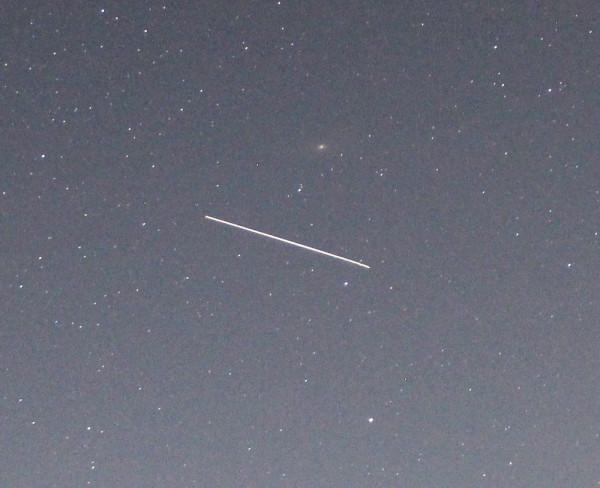 Пролёт МКС —визуально —возле галактикиТуманностьАндромеды, ранним утром 13 мая 2020 года