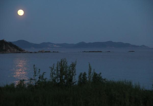 Клубничное полнолуние над Японским морем-в Прим.крае(17 июня 2019 г.)-Луна, море и маяк.JPG