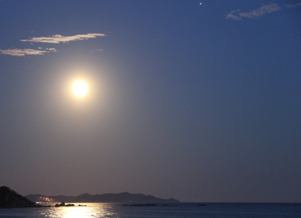 Клубничное полнолуние над Японским морем-в Прим.крае(17 июня 2019 г.)-Луна, Юпитер, море и маяк.JPG