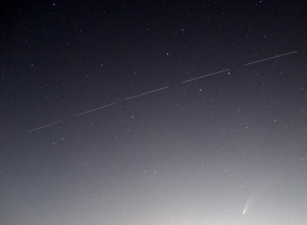 18.07.2020-фотоколлаж треков пролёта МКС(в одном кадре с кометой NEOWISE). Фото выполнил Ф.Романов(в п.Южно-Морской Прим.края)