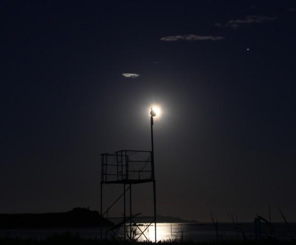 Клубничное полнолуние над Японским морем-в Прим.крае(17 июня 2019 г.)-Луна, Юпитер, море, маяк и спасательная вышка.JPG