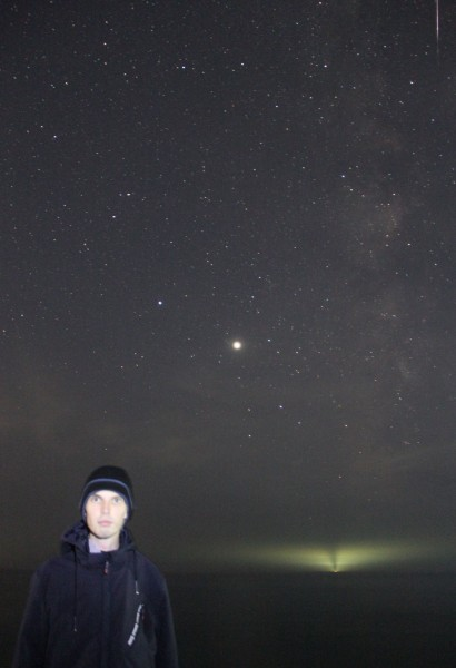 13.08.2020 (в пос. Южно-Морской Приморского края) - Филипп Романов - на фоне яркого метеора (в одном фотокадре с планетами Юпитер и Сатурн),