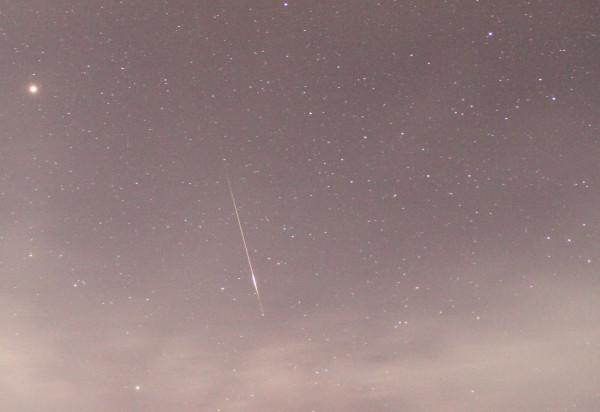 13.08.2020 (в небе над пос. Южно-Морской Приморского края) - яркий метеор (в одном фотокадре с планетой Марс) - во время максимума Персеид