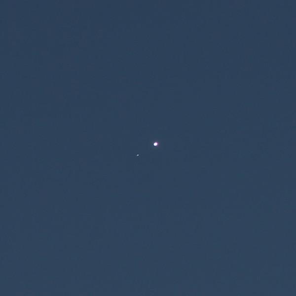 Соединение планеты Венеры (на фото - справа) и звезды Регул - утром 03.10.2020 (в небе над пос. Южно-Морской Приморского края).
