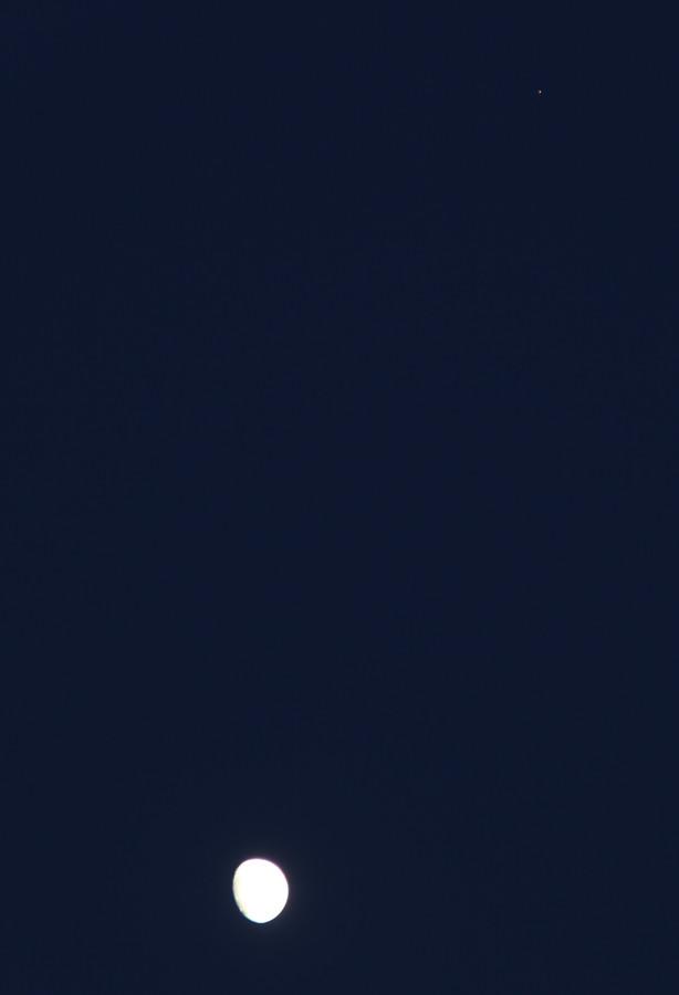 Луна и Марс - вечером 26.11.2020 (в небе над пос. Южно-Морской, Приморского края).