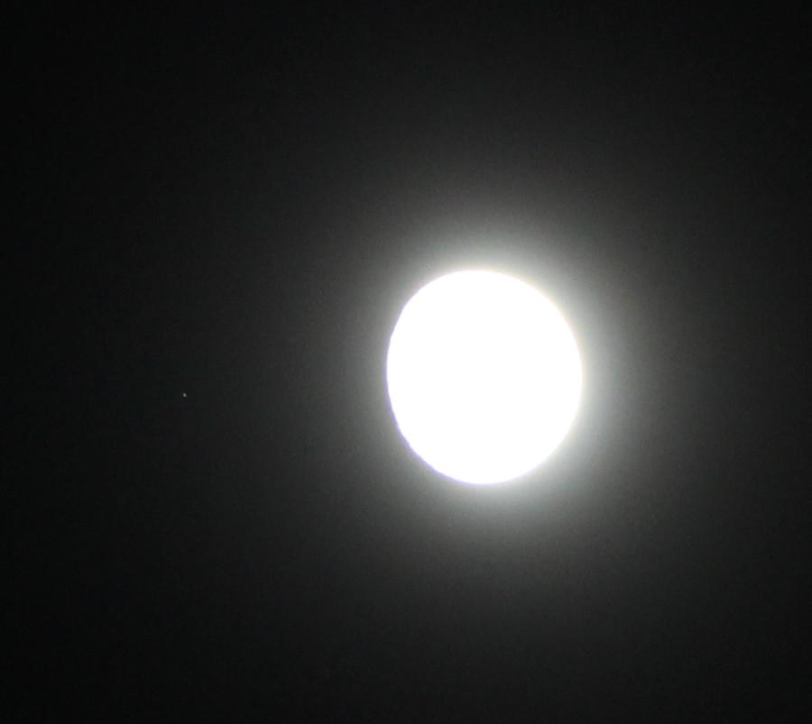 Луна и звезда Кси 1 Кита (незадолго до момента покрытия её Луной) - вечером 27.11.2020, в небе над пос. Южно-Морской Приморского края.