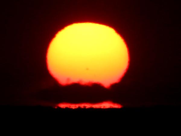 Заход Солнца (с солнечнымпятном 2786 на солнечномдиске) за морской горизонт - вечером 30.11.2020