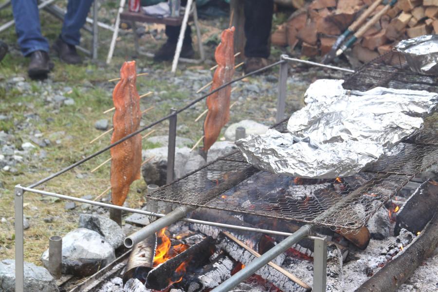 salmoncookingoverfire