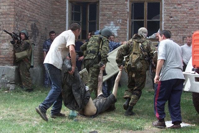 Спецназовцы несут труп отбитого ими боевика