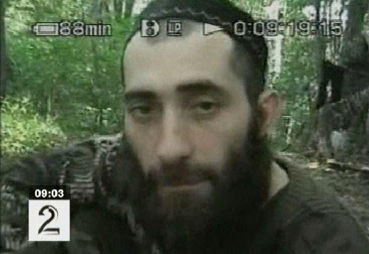 Руслан Хучбаров по прозвищу Полковник. Отличался особой жестокостью даже среди чеченских боевиков. Кадр из видеозаписи, сделанной в августе 2004 года в Ингушетии.