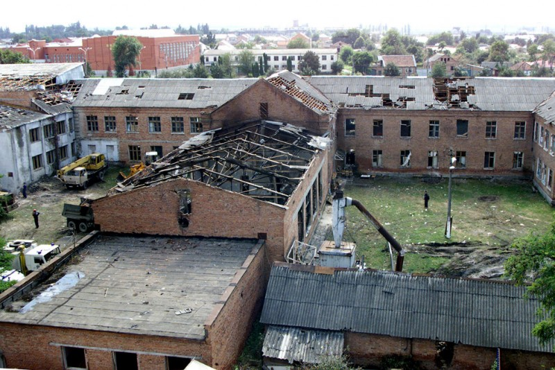 Разрушенная школа № 1. 04 сентября 2004 года