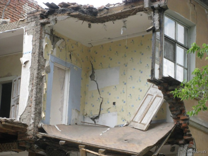 Чья-то квартира и чье-то окно