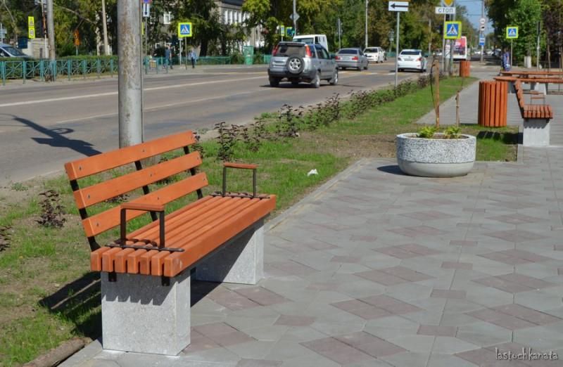 Новые скамейки на гранитных постаментах