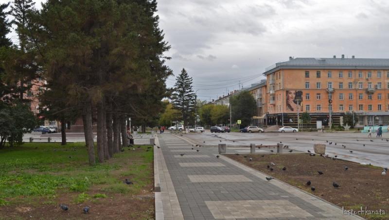 Пустая площадь в День города