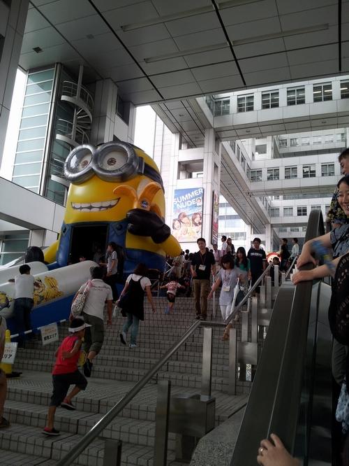 verso l'interno dell'edificio della Fuji TV
