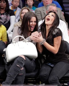 Khloe-Kardashian-Kim-Kardashian-Lakers-Game-Easter-0406102