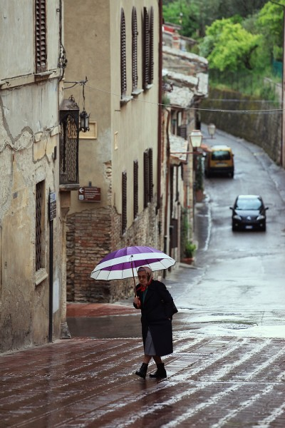 бабушка под зонтиком