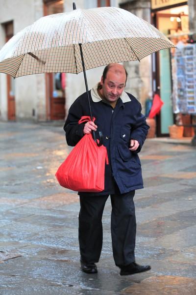 маленьки человечек подбольшим зонтиком