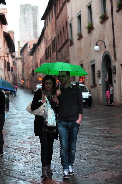 парочка под зеленым зонтиком